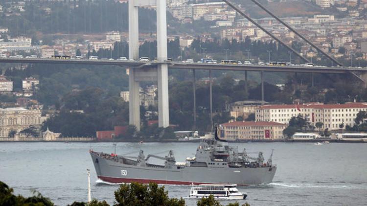 ما دلالة امتناع سفينة إنزال روسية عن رفع علم