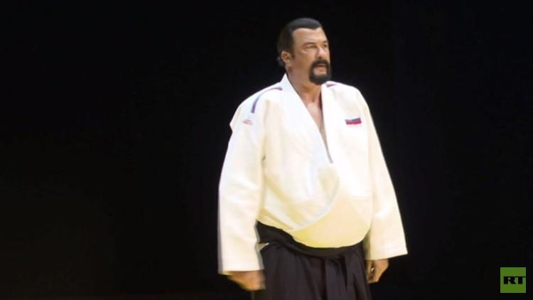الممثل السينمائي الأمريكي سيغال يشارك في فعاليات مهرجان المصارعة بموسكو (فيديو)
