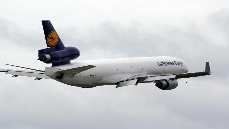 أرعب المسافرين بمحاولته فتح باب الطائرة وهي تحلق
