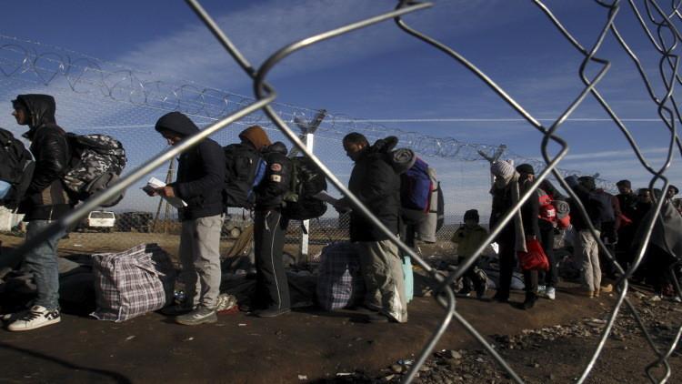 الشرطة اليونانية تبدأ عملية إجلاء للاجئين على حدودها مع مقدونيا