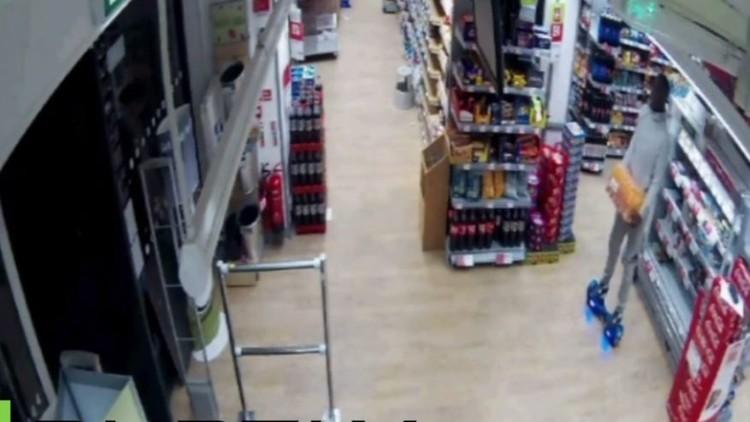 رجل يستخدم لوح التزلج للسرقة (فيديو)