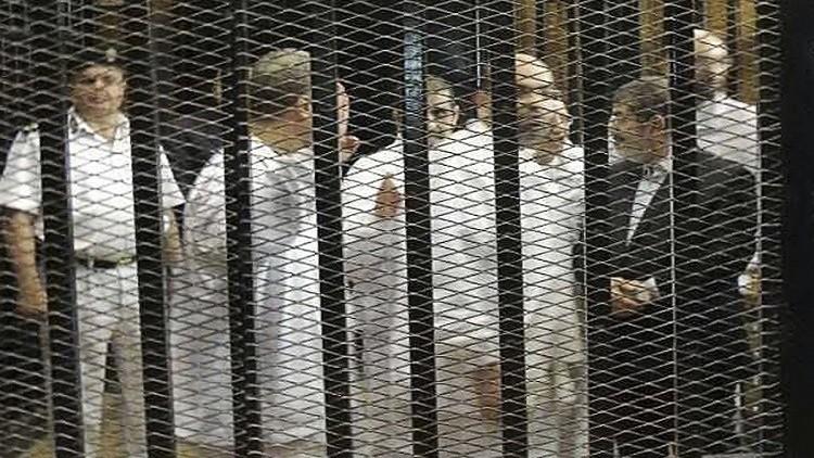 مصر.. ضيق قفص الاتهام يحول دون محاكمة 739 إخوانيا