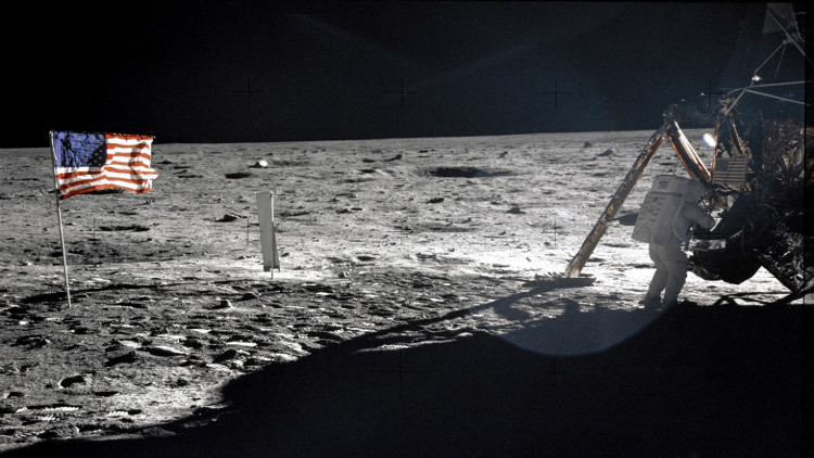بالفيديو.. فضيحة مدوية.. مخرج أمريكي يكشف حقيقة الرحلة الأمريكية إلى القمر