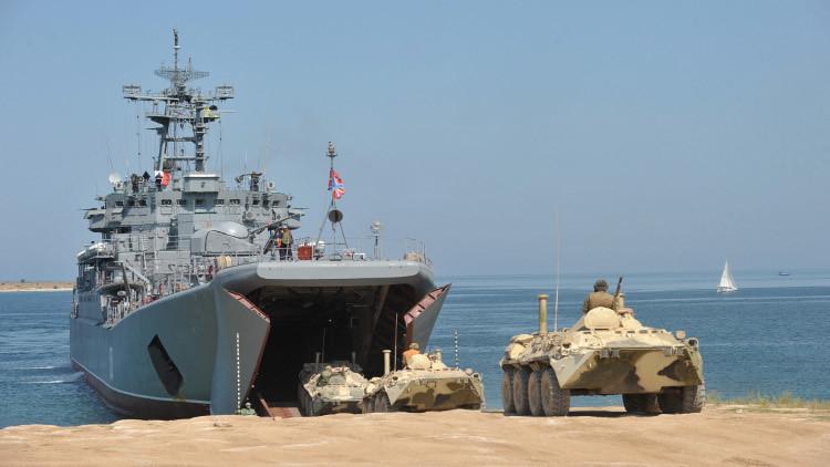 سفينة إنزال روسية تعبر مضيق الدردنيل