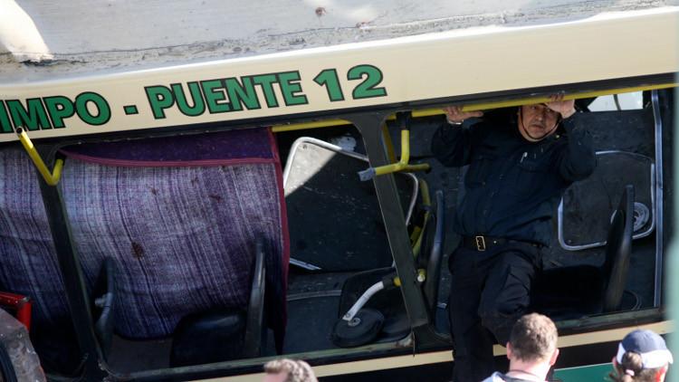 مقتل 41 شخصا في سقوط حافلة لعناصر الدرك من جسر في الأرجنتين