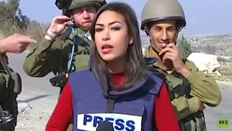 جنود إسرائيليون يسخرون من مراسلة فلسطينية في أثناء ريبورتاج لها عن