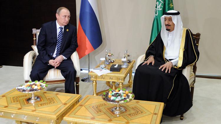 العاهل السعودي الملك سلمان بن عبد العزيز والرئيس الروسي فلاديمير بوتين يتبادلان الحديث على هامش قمة العشرين في 16 نوفمبر/تشرين الثاني. وشهد العام 2015 تكثيفا ملحوظا للحوار بين موسكو والرياض في جميع المجالات. وتحدثت مصادر عزم السعودية شراء أسلحة روسية من بينها منظومات
