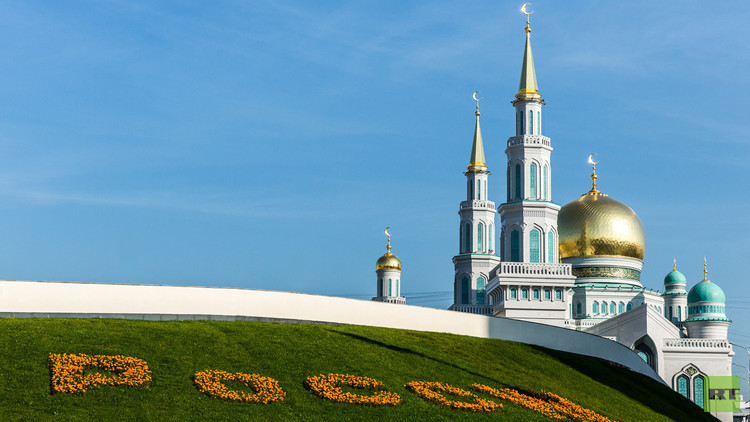 منظر عام لمسجد موسكو الكبير والذي قام الرئيس الروسي فلاديمير بوتين يوم 23 سبتمبر/أيلول عام 2015. بافتتاحه بعد أعمال ترميم واسعة. وخضع المسجد الذي بني عام 1904، لأعمال ترميم وتوسعة شاملة استمرت منذ مايو/أيار 2005. وقد تضاعفت مساحة الجامع عشرين مرة ليصبح الأكبر في أوروبا ويستوعب أكثر من 10 آلاف مصل.
