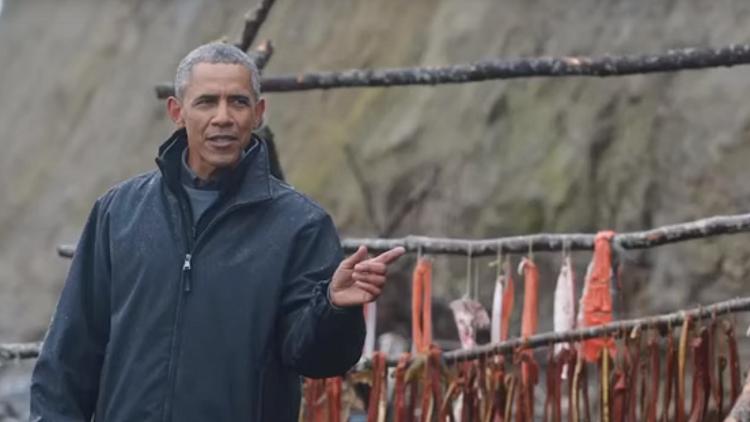 بالفيديو.. أوباما يأكل بقايا سمكة ويرفض شرب