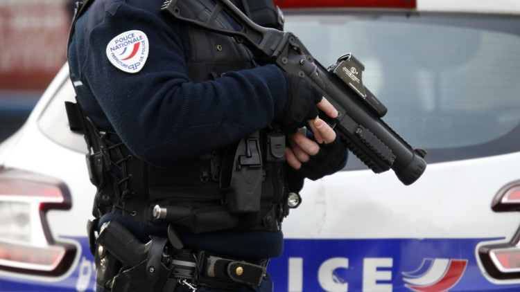أحد المتورطين بهجمات باريس يحمل جواز سفر سوريا مزورا