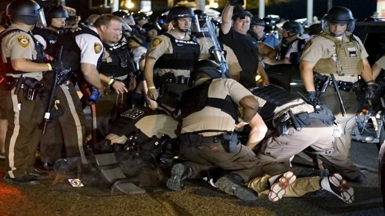 الشرطة الأمريكية تعتقل مواطنا أسود خلال احتجاجات فيرغسون