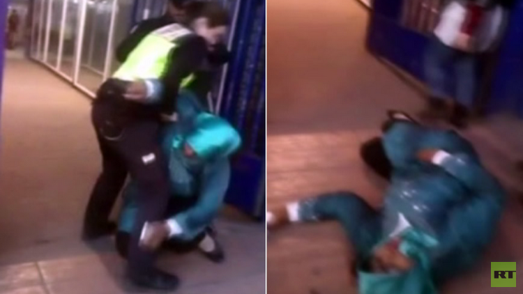 شرطيان إسبانيان يقذفان بمهاجرة مغربية مقعدة من فوق كرسيها المتحرك (فيديو)
