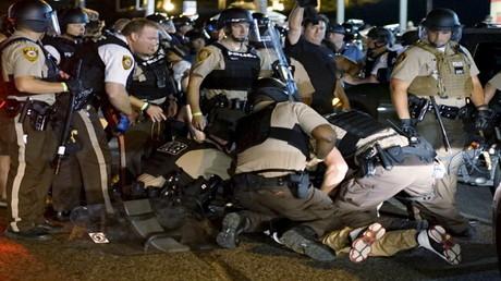 الشرطة الأمريكية تعتقل مواطنا أسودا خلال احتجاجات فيرغسون