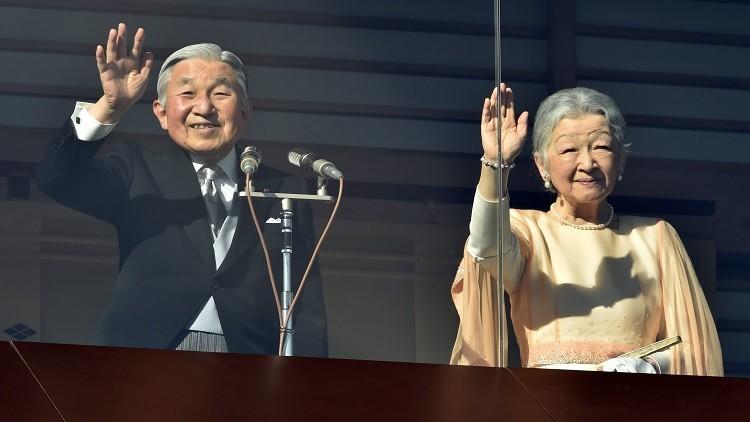 إمبراطور اليابان يحيي شعبه خلف زجاج مضاد للرصاص (فيديو)
