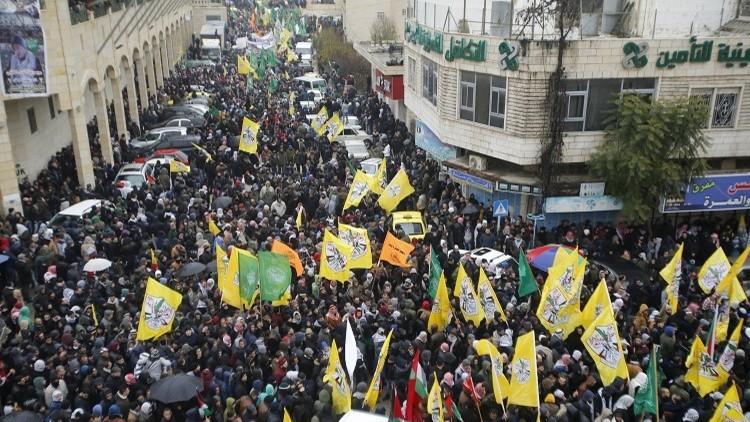 الآلاف يشيعون جثامين 14 فلسطينيا في الخليل