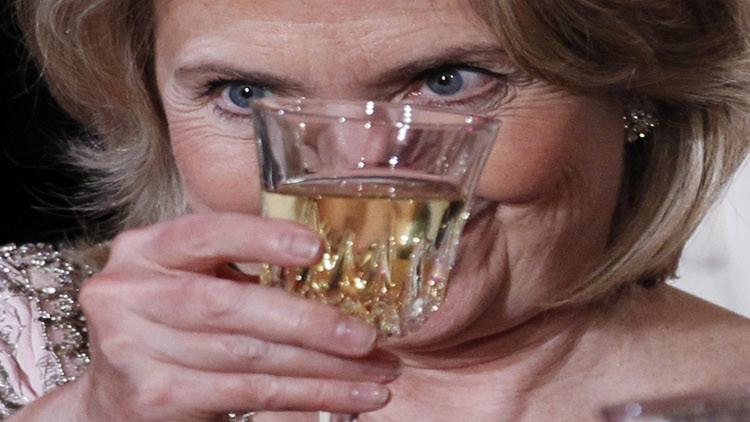 جون ماكين وهيلاري كلينتون يتجاوزان الحد في تحدي شرب الفودكا