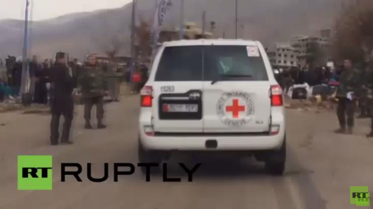 بالفيديو .. دخول شاحنات المساعدات إلى مضايا السورية