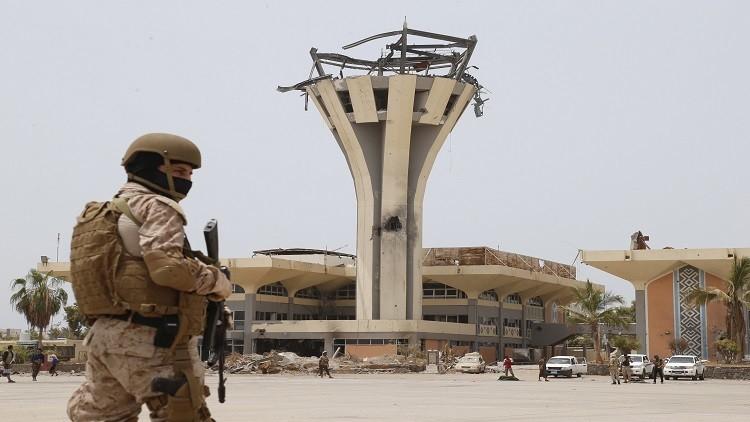 اليمن.. اغتيال ضابط أمن في مطار عدن.. وغارات على صنعاء