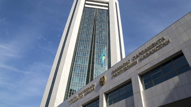 برلمان كازاخستان يدعو رئيس البلاد إلى حله