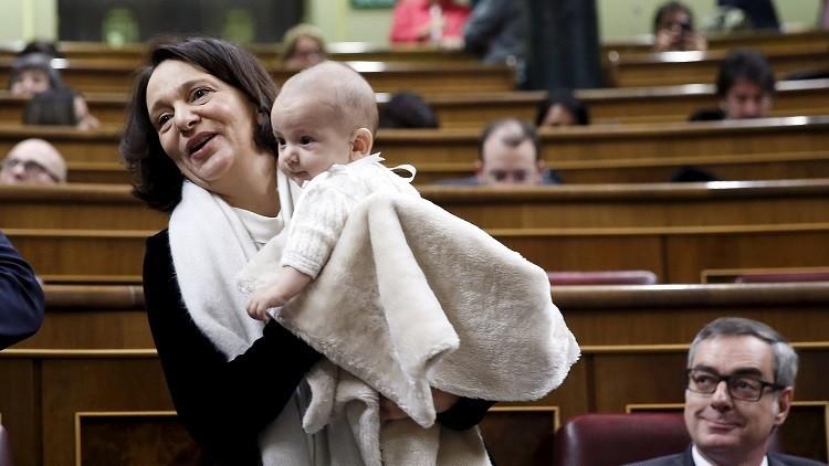 نائب إسبانية تصطحب طفلها الرضيع إلى جلسة البرلمان