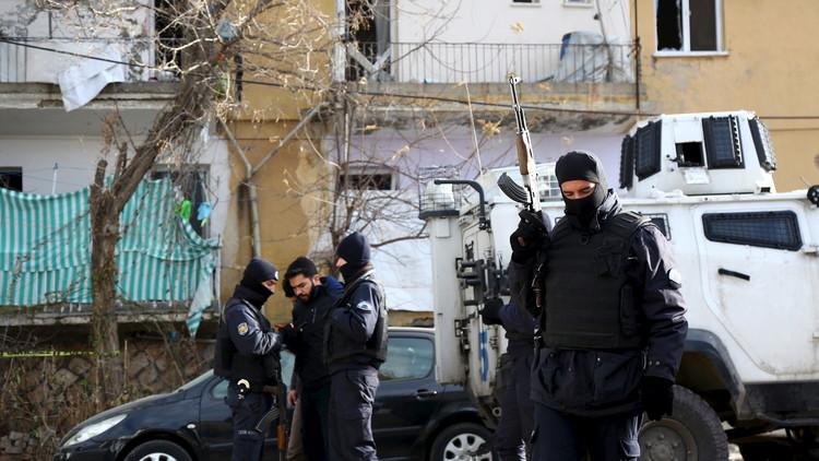 الاتحاد الأوروبي قلق من احتجاز تركيا أكاديميين معارضين للعمليات ضد الأكراد