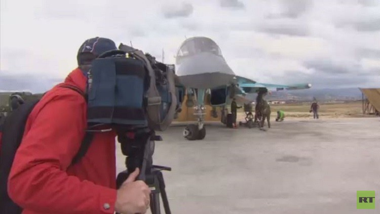 وصول 60 صحفيا دوليا لقاعدة حميميم العسكرية في اللاذقية السورية (فيديو)