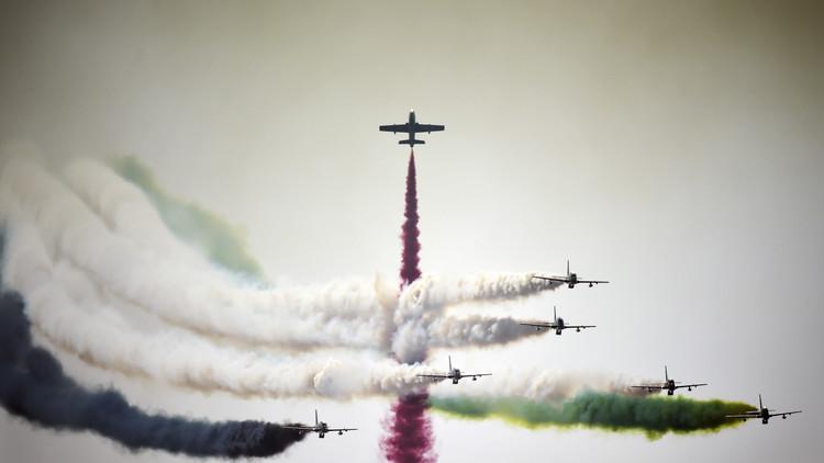 فريق الفرسان الإماراتي يقدم عرضه الجوي في أثناء افتتاح معرض البحرين للطيران