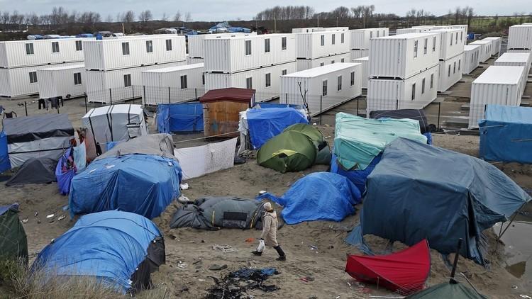 مهاجرون يقتحمون ميناء كاليه الفرنسي ويعتلون عبارة بريطانية (فيديو)