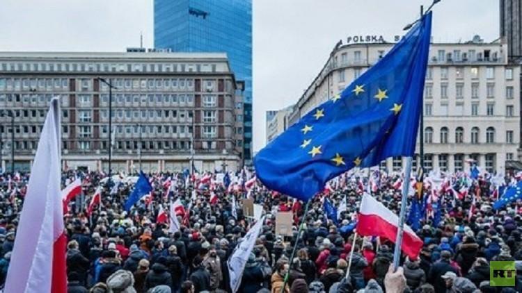 احتجاجات في بولندا على قانون يوسع سلطات الحكومة في المراقبة (فيديو)