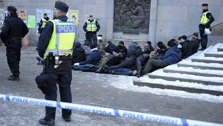 بالفيديو من السويد.. ملثمون يعنفون مهاجرين في ستوكهولم