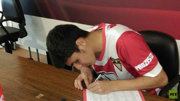 لاعب سوري شاب يوقع عقداً مع أحد الأندية البرتغالية