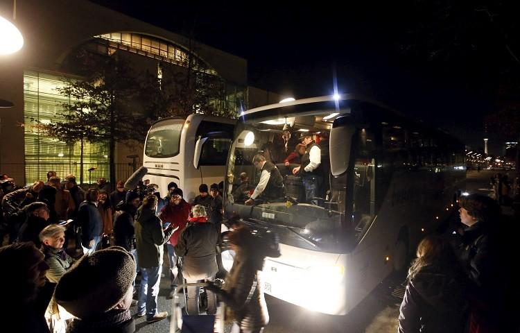 رئيس حي ألماني غاضب يرسل حافلة لاجئين إلى مقر ميركل (صور وفيديو)