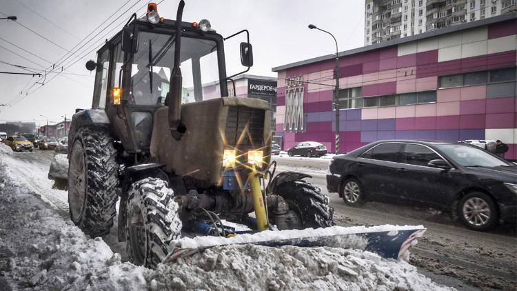 تراكم الثلوج في موسكو يشل حركة المرور (فيديو)