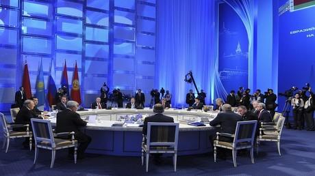 رؤوساء كل من روسيا وكازاخستان وقيرغيزستان وأرمينيا وبيلاروس بالإضافة إلى بعض المسؤولين في اجتماع للاتحاد الاقتصادي الأوراسي في استانا 29 مايو 2014