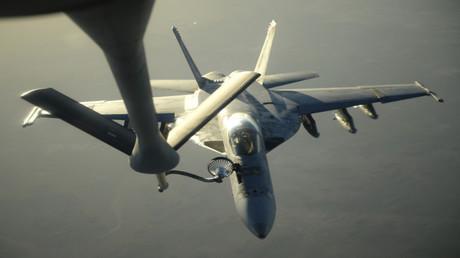 مقاتلة من طراز إف - 18 أثناء تزودها بالوقود