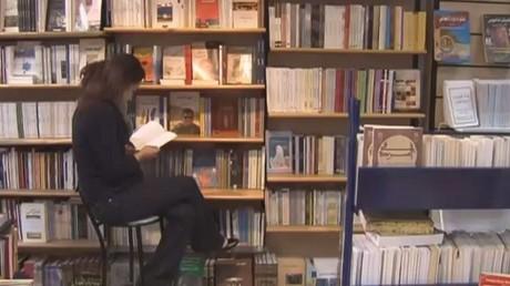 الكتاب النادر.. متعة القراءة في غلاف ذهبي