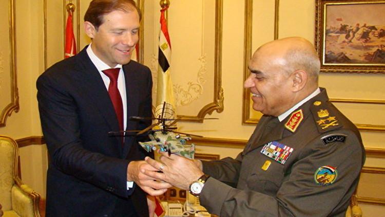 صور.. وزير التجارة والصناعة الروسي يهدي وزير الدفاع المصري مروحية