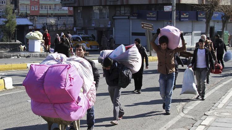 تركيا.. المئات يفرون من ديار بكر بعد رفع حظر تجول (فيديو)