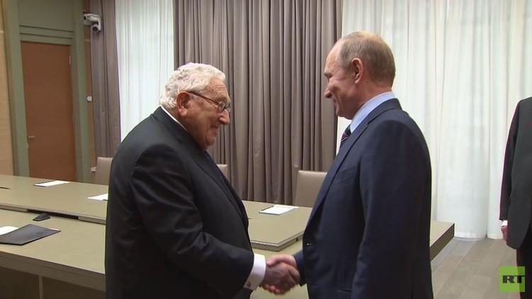 بوتين يبحث القضايا الدولية مع كيسنجر (فيديو)