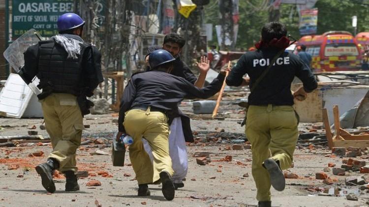 مقتل 9 أشخاص في تفجير انتحاري جنوب غرب باكستان (فيديو)