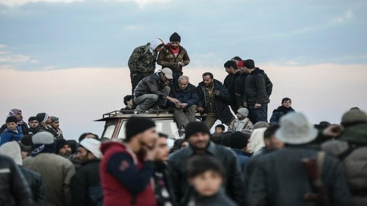 آلاف السوريين عالقون عند الحدود مع تركيا (فيديو)
