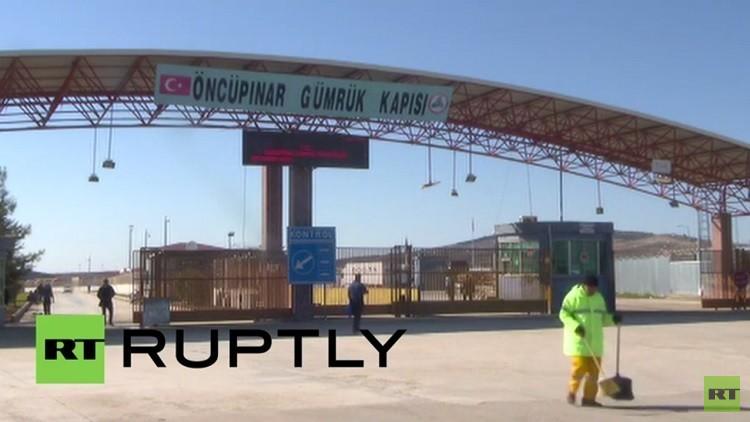 عبور آلاف اللاجئين عبر الحدود السورية التركية