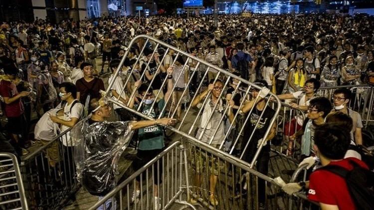عشرات الجرحى بمواجهات بين متظاهرين والشرطة في هونغ كونغ