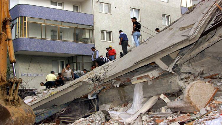 انهيار مبنى من 5 طوابق في اسطنبول (فيديو)