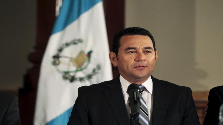 رئيس غواتيمالا يتبرع بنصف راتبه للمحتاجين