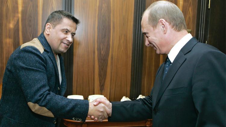 مغنٍّ روسي معروف يقدم على شاشة التلفزيون أغنية عن الطيارين الروس في سوريا