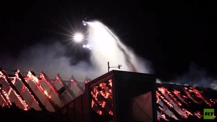 ألمان يصفقون فرحا لحريق مبنى للاجئين (فيديو)