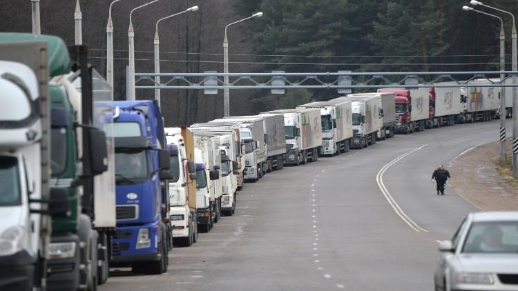 روسيا وأوكرانيا تستأنفان حركة مرور الشاحنات بينهما