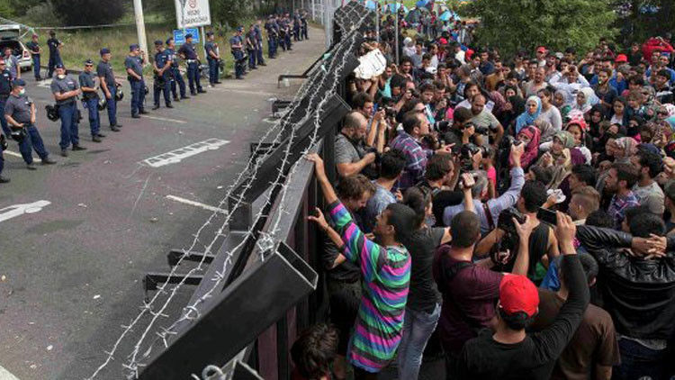 ستولتنبيرغ: أزمة اللاجئين تمس كل أوروبا