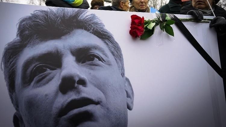 السفير الأمريكي لدى موسكو يحيي ذكرى المعارض الروسي نيمتسوف